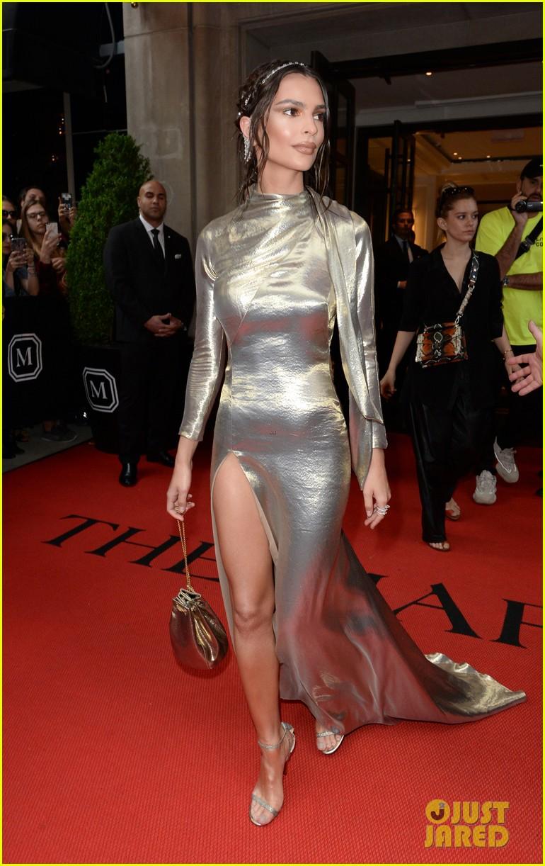 emily-ratajkowski-looks-angelic-in-sleek-gold-gown-at-met-gala-2018-03